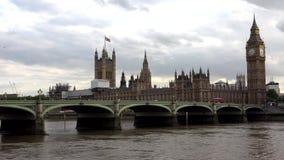 Big Ben Λονδίνο, κυκλοφορία στη γέφυρα του Γουέστμινστερ, κόκκινα διπλά λεωφορεία καταστρωμάτων απόθεμα βίντεο