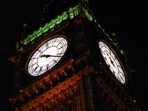 Big Ben που φωτίζεται το βράδυ στο Λονδίνο στοκ εικόνες