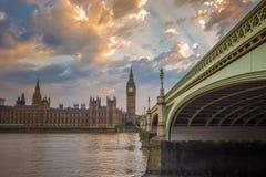 Big Ben, το Κοινοβούλιο και γέφυρα του Γουέστμινστερ με τον όμορφο ουρανό, Λονδίνο, UK Στοκ εικόνα με δικαίωμα ελεύθερης χρήσης