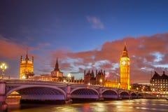Big Ben avec le pont le soir, Londres, Angleterre, R-U Photographie stock libre de droits