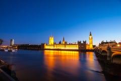Big Ben avec les Chambres du Parlement la nuit Image libre de droits