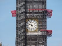 Big Ben beskydd arbetar i London royaltyfri fotografi