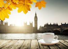 Big Ben bij zonsondergang en kop van koffie, Londen, het UK Royalty-vrije Stock Afbeeldingen