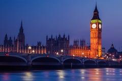 Big Ben clocktower, Londen van Westminster bij zonsondergang op Rivier Theems stock foto's