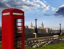 Big Ben com a cabine de telefone vermelha em Londres, Inglaterra Fotografia de Stock Royalty Free