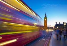 Big Ben com ônibus e multidão do ônibus de dois andares em Londres, Reino Unido Imagens de Stock Royalty Free