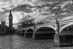 Big Ben con il ponte contro il cielo nuvoloso, Londra, Regno Unito Fotografie Stock Libere da Diritti