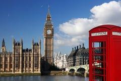 Big Ben con la cabina de teléfono roja en Londres, Inglaterra Imágenes de archivo libres de regalías
