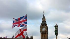 Big Ben con las banderas británicas que agitan en Londres almacen de video