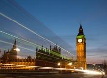 Big Ben con le tracce leggere fotografia stock