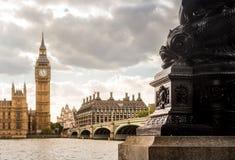 Big Ben dal lato opposto del Tamigi con la priorità alta della lampada del delfino, Londra Immagini Stock Libere da Diritti