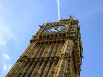 Big Ben de dessous dans la ville de Londres images stock