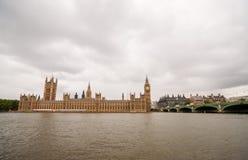 Big Ben, die Parlamentsgebäude und Westminster-Brücke an einem bewölkten Tag Lizenzfreie Stockfotografie