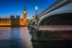 Big Ben, drottning Elizabeth Tower och upplyst Wesminster bro Fotografering för Bildbyråer