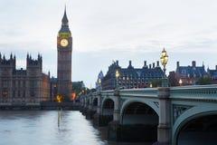 Big Ben e casas do parlamento no crepúsculo em Londres foto de stock