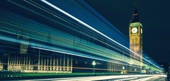 Big Ben e luci delle automobili che passano vicino Fotografia Stock Libera da Diritti