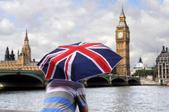 Big Ben ed il turista con Britannici inbandierano l'ombrello a Londra Immagini Stock
