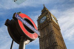 Big Ben (Elizabeth Tower) e um sinal subterrâneo de Londres Imagem de Stock Royalty Free