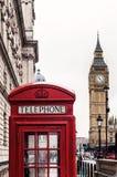 Big Ben en één van iconische rode telefooncellen van Londen Royalty-vrije Stock Foto