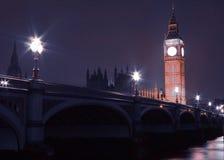 Big Ben en de Brug van Westminster bij nacht in Londen Engeland het UK Royalty-vrije Stock Foto