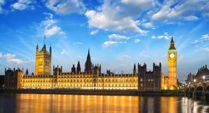 Big Ben en Huis van het Parlement bij Internationaal La van Theems van de Rivier Stock Foto