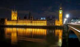 Big Ben en Huizen van het parlement bij nacht, Londen, het UK stock fotografie