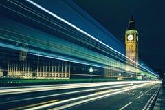 Big Ben en lichten van de auto's die overgaan door Stock Foto's