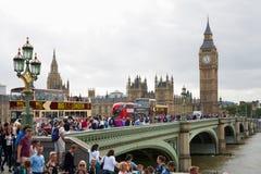Big Ben en menigte van toeristen en mensen in Londen Royalty-vrije Stock Afbeeldingen