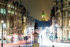 Big Ben en Standbeeld bij Nacht in Londen Royalty-vrije Stock Afbeeldingen