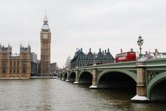 Big Ben en traditionele de dubbeldekkerbus van Londen Stock Fotografie