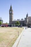 Big Ben en westminter con el autobús y los turistas rojos Foto de archivo