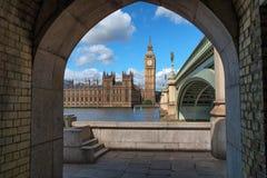 Big Ben enmarcó por el puente de Westminster Fotos de archivo libres de regalías