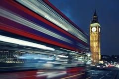 Big Ben et autobus par nuit Photos stock