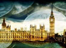 Big Ben et Chambres du Parlement avec l'argent Photographie stock