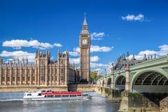 Big Ben et Chambres du Parlement avec le bateau à Londres, Angleterre, R-U Image libre de droits