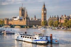 Big Ben et Chambres du Parlement avec le bateau à Londres, Angleterre, R-U Photographie stock libre de droits