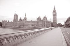 Big Ben et Chambres du Parlement de la passerelle de Westminster ; Londres Photo stock
