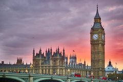 Big Ben et pont de Westminster au coucher du soleil, Londres, R-U Photos stock