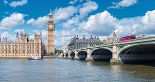 Big Ben et pont de Westminster avec l'autobus rouge, Londres, R-U image libre de droits