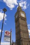 Big Ben et signe d'arrêt d'autobus de Westminster Photographie stock libre de droits