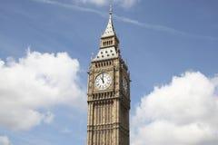 Big Ben gegen einen blauen Himmel Lizenzfreie Stockfotos