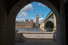 Big Ben ha incorniciato dal ponte di Westminster Immagine Stock Libera da Diritti
