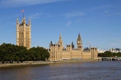 Big Ben hus av parlamentet och flodThemsen Royaltyfria Bilder
