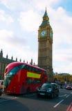 Big Ben, huset av parlamentet och röd bussen för den Westminster bro och Arkivfoto