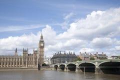 Big Ben i domy parlament z Rzecznym Thames, Lond zdjęcie royalty free