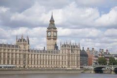 Big Ben i domy parlament z Rzecznym Thames, Lond Obraz Royalty Free