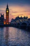 Big Ben iluminado com céu sunsetting atrás, Londres, Reino Unido imagem de stock royalty free