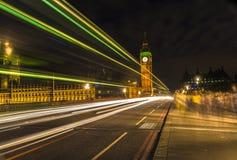 Big Ben à la nuit et aux traînées légères, Londres Images stock