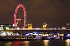 Big Ben London öga och Waterloo bro på natten Arkivbild