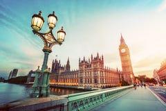 Big Ben London UK på solnedgången Retro ljus för gatalampa på den Westminster bron Tappning Arkivbild